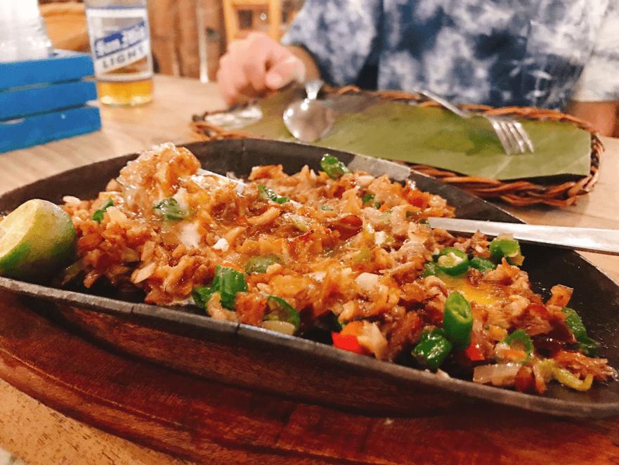 フィリピン料理で人気のシシグ(豚の脂身や野菜を炒めたもの)