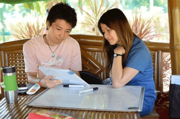 男性がフィリピン人講師と英語のレッスンをしている