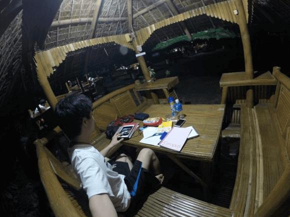 男性がバハイクボに座って勉強をしている