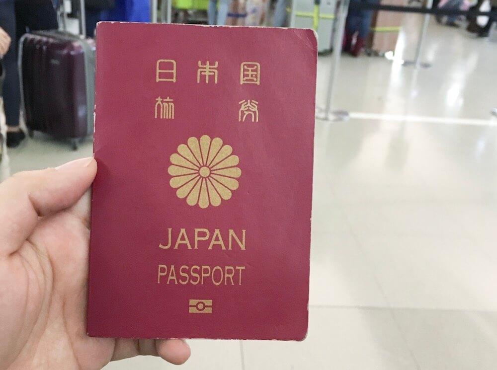 フィリピン留学の航空券を発券するためにパスポートを準備している